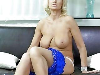 Euro Mummy Roxana Furiously Fondles Her Bud